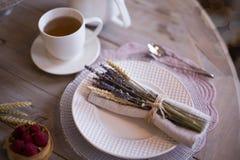 与白色杯子和蛋糕的茶 免版税库存图片