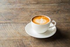 与白色杯子的咖啡在木背景 库存照片