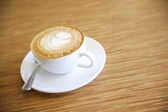 与白色杯子的热的热奶咖啡 免版税库存照片