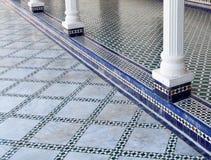 与白色柱子的摩洛哥铺磁砖的地板 免版税图库摄影