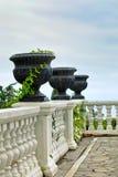 与白色栏杆和黑花瓶的大阳台 库存图片