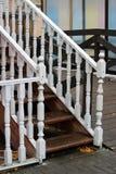 与白色栏杆的支的木楼梯 免版税库存照片