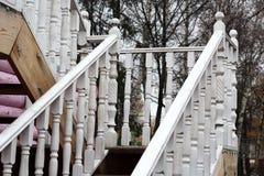 与白色栏杆的支的木楼梯 免版税库存图片