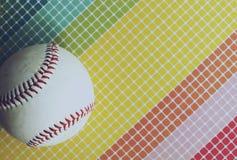 与白色棒球的彩虹背景 免版税库存图片