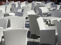 与白色椅子和桌的露台地区 库存照片