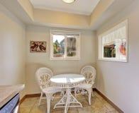 与白色椅子和桌的额外dinning的区域 免版税图库摄影