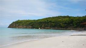 与白色沙子、绿松石海洋水和蓝天的田园诗热带卡来尔海湾海滩在安提瓜岛海岛 股票录像