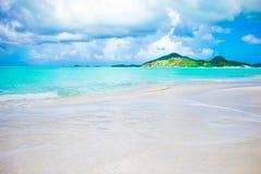 与白色沙子、绿松石海洋水和蓝天的田园诗热带海滩在加勒比岛上 免版税库存图片