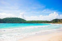 与白色沙子、绿松石海洋水和蓝天的田园诗热带海滩在加勒比岛上 库存图片