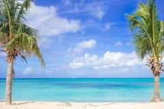 与白色沙子、绿松石海洋水和蓝天的田园诗热带海滩在加勒比岛上 库存照片