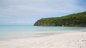 与白色沙子、绿松石海洋水和蓝天的田园诗热带海滩 影视素材