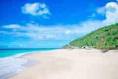 与白色沙子、绿松石海洋水和蓝天的田园诗热带海滩 免版税库存照片
