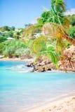 与白色沙子、绿松石海洋水和蓝天的田园诗热带海滩 免版税库存图片