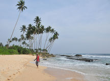 与白色沙子和棕榈树的海滩 免版税图库摄影