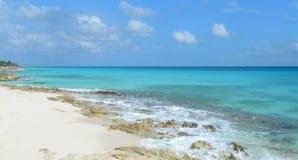 与白色沙子和熔岩岩石的加勒比海滩 免版税库存照片