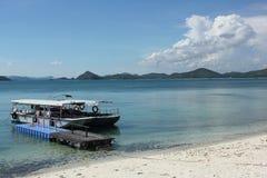 与白色沙子和蓝天的小游艇船坞海滩 免版税图库摄影