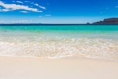 与白色沙子的天堂般的Idylic海滩 免版税库存照片