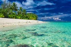 与白色沙子的惊人的海滩在拉罗通加,库克群岛 免版税库存照片