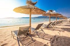 与白色沙子的海滩睡椅在圣Ciprianu在波尔图Vecchio附近靠岸在可西嘉岛,法国,欧洲 免版税库存照片