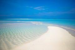 与白色沙子的田园诗热带海滩和完善 图库摄影
