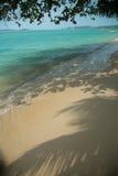与白色沙子的田园诗热带海滩 免版税库存照片
