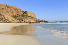 与白色沙子的西部海滩在一个晴天 免版税库存图片