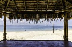 与白色沙滩的美丽的热带海滩从竹小屋 免版税库存图片