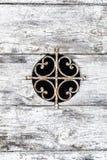 与白色油漆切削的和pe的被风化的木门背景 免版税库存照片