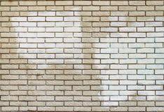 与白色油漆的街道画撤除在砖墙上的覆盖物 免版税库存照片