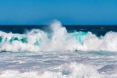 与白色泡沫的印象深刻的大海浪 库存图片