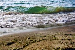与白色泡沫的绿色波浪在冠 库存图片
