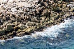 与白色海浪的岩石防波堤 免版税库存照片