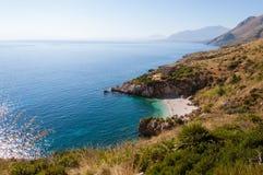 与白色海滩的小海湾和原始蓝色海在西西里岛 免版税库存图片