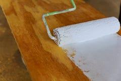 绘与白色漆滚筒的木头 免版税库存照片