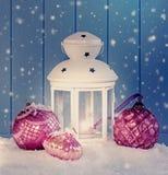 与白色灯笼的圣诞节装饰 免版税库存图片