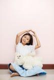 与白色玩具女用连杉衬裤的儿童小女孩亚洲泰国国籍是 库存照片