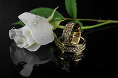 与白色玫瑰的婚戒 库存图片