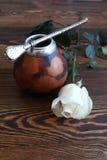 与白色玫瑰的瓢在木桌上 库存图片