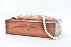 与白色珍珠项链的小木胸口 免版税库存照片