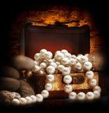与白色珍珠项链的木胸口 库存照片