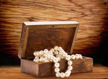 与白色珍珠项链的木胸口 库存图片