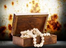与白色珍珠项链的木胸口 免版税库存图片
