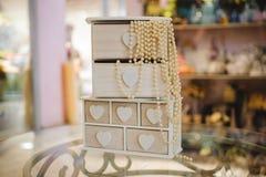 与白色珍珠项链的木胸口 免版税库存照片