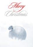 与白色球的圣诞节装饰在白色背景的雪 2007个看板卡招呼的新年好 免版税库存照片