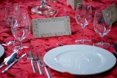 与白色瓷、水晶水杯和典雅的银器的美好的饭桌设置 库存照片