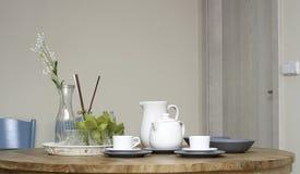 与白色瓷现代室内设置的早餐桌 免版税图库摄影