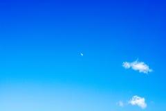 与白色的清楚的蓝天一些朵云彩 图库摄影