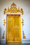 与白色的美丽的金黄双门涂了灰泥墙壁backgrou 图库摄影