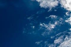 与白色的蓝天覆盖系列16 免版税库存照片