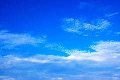 与白色的蓝天覆盖171019 0248 免版税库存照片